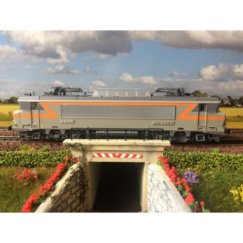 LS MODELS REF: 10 452S BB 7323 VILLENEUVE, GRIS BETON/ORANGE, PLAQUES,GRANDE CABINE, 160Km/h DC...